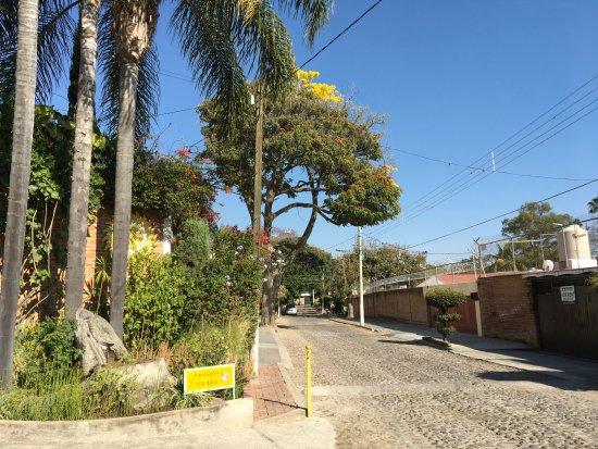 Villa Eucaliptos B & B: Cobblestone streets are wide