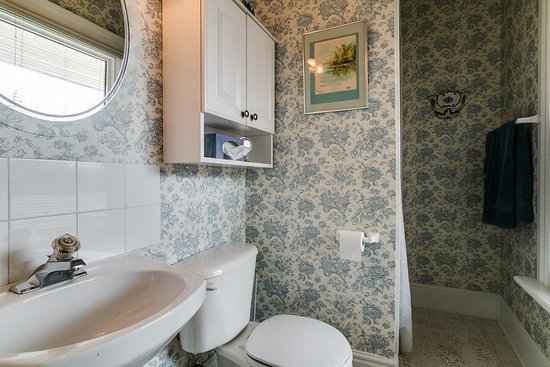 The Blue Spruce B&B: Writers' Room Washroom