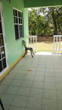 Codrington, Barbuda: Small patio outside the room with a view on the garden