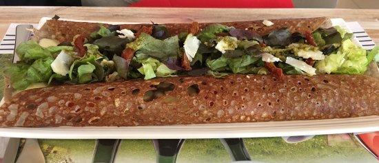 Contres, France: Délicieuses salade de Sologne et crêpe mamamia, toutes les deux très joliment présentées et serv