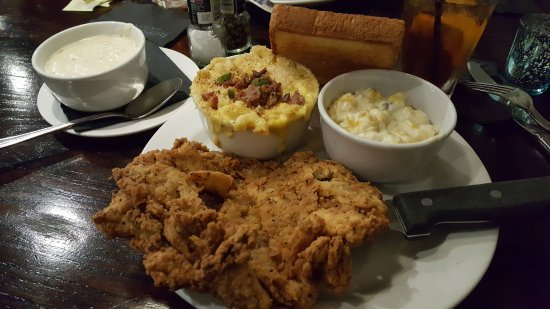 """The Woodlands, Teksas: """"Small"""" Chicken fried steak, gravy on the side. Jalapeno Bacon Macaroni and Cheese, Jalapeno Cor"""