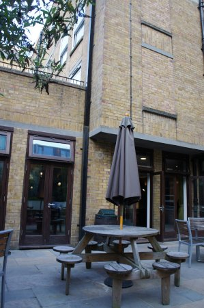 Safestay London Hostel at Elephant & Castle: Terraza con jardín