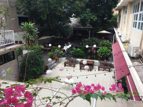 Feung Nakorn Balcony Rooms & Cafe: Le bssin aux carpes et l'espace du restaurant et du petit déjeuner.
