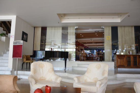 Capsis Astoria Heraklion Hotel: lounge con sala bar/ristorante al piano terra