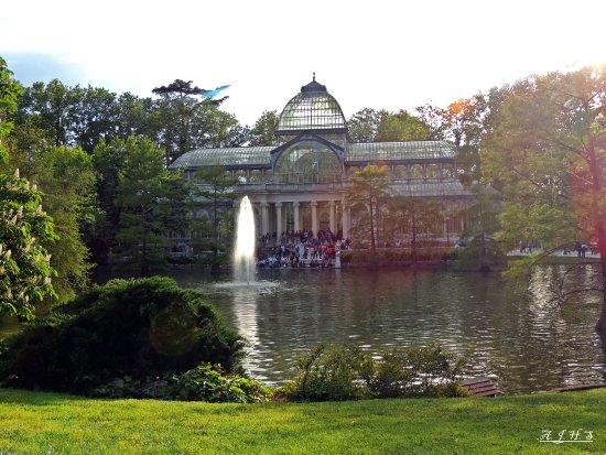 retiro park parque del retiro estanque y palacio de cristal