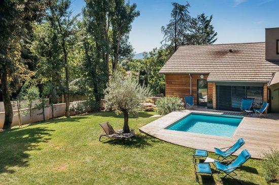 Limonest, Francia: Vue du jardin et de la piscine