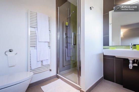Limonest, Francia: Chaque chambre bénéfice de sa propre salle de bain. 4 chambres avec douche et 1 chambre avec bai