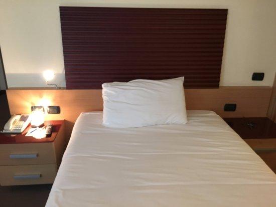 NH Milano 2 : il letto (camera singola)