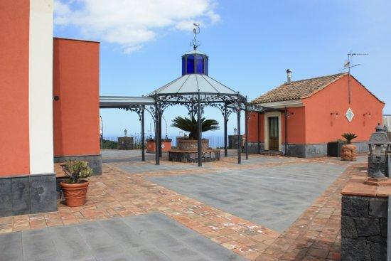 Zafferana Etnea, Italia: Gazebo in ferro battuto