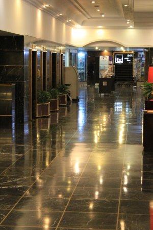 Tehran Homa Hotel: Die glänzende (aber nicht glanzvolle) Lobby