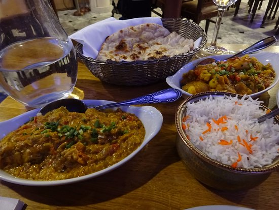 Le Maharajah : Lamb curry, plain naan, potato and vegetable curry, and rice.