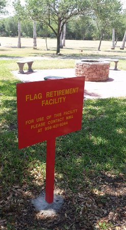 Harlingen, Teksas: Seating area available near the Flag Disposal area with shade trees.