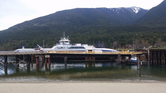 Balfour, Canadá: View from my deck seat looking at the large ferry and the mountains.