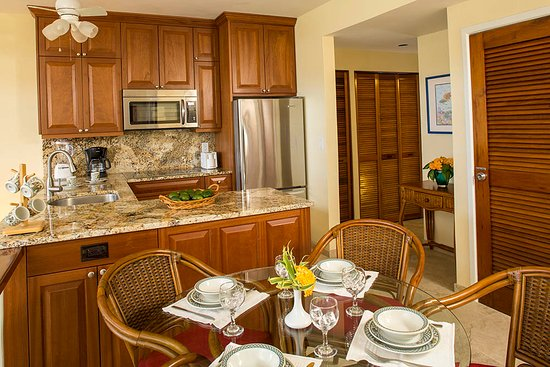 Gallows Point Resort : Kitchen/dining room in suite