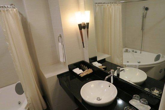 Northern Hotel Saigon: Baño de la habitación.