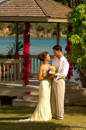 Planning a destination wedding? Gallows Point Resort offers picturesque wedding venues!
