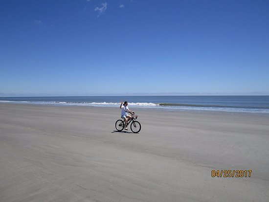Seascape Villas: Riding bikes on the beach