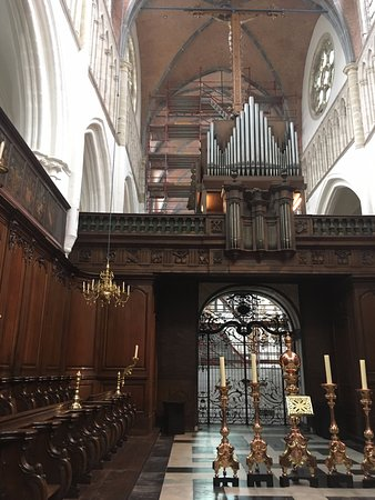 Église Notre-Dame (Onze Lieve Vrouwekerk) : Organ and sectioned off worship area.