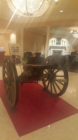 Wyndham Gettysburg: Cannon in the main lobby
