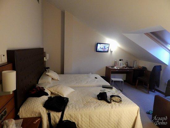 Hotel Anoeta: Habitación del piso superior. Estaba limpia y ordenada al momento de llegar, antes de la foto.