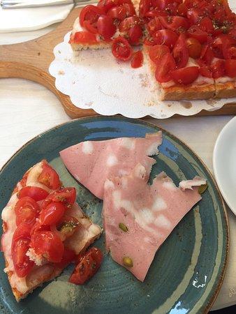 Bar Da Gino: Брускета с томатами и мортаделла