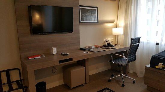 Staybridge Suites Sao Paulo: Desk  and TV