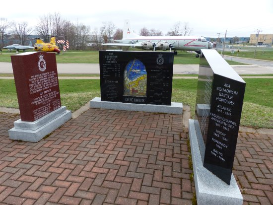 Kingston, Canadá: Memorials outside the museum