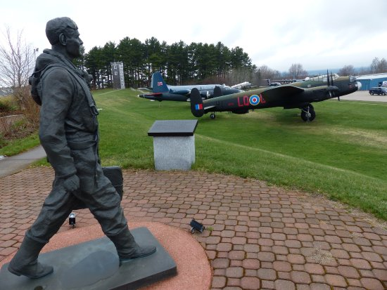 Kingston, Canadá: Statue and aircraft outside the museum