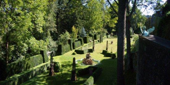 Werbach, Deutschland: Der Burgpark der Gamburg ist als Barockgarten innerhalb einer deutschen Burganlage einzigartig.