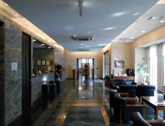 Hotel Route-Inn Mojiko: ピカピカのロビー(写真奥にレストラン入り口が写っています)