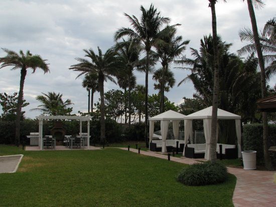 Westgate South Beach Oceanfront Resort: Gazebo with the two free propane barbecues