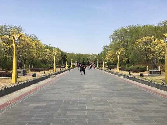 Yingkou Lengyan Temple: April 2017, relaxing couple of hours in the park.