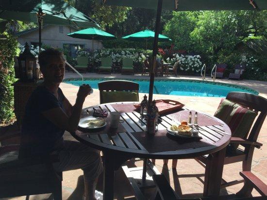 โอจาอิ, แคลิฟอร์เนีย: Breakfast around the pool