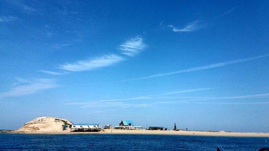 Penghu, Đài Loan: 險礁嶼,因島嶼四週有多處暗礁,船隻一不小心就會觸礁,故名為險礁嶼。後來,因偶像劇原味的夏天到島上取景,並搭了棟藍色小木屋,一時聲名大噪,成為澎湖早期開發水上活動的島嶼之一,又名為比基尼島,但現