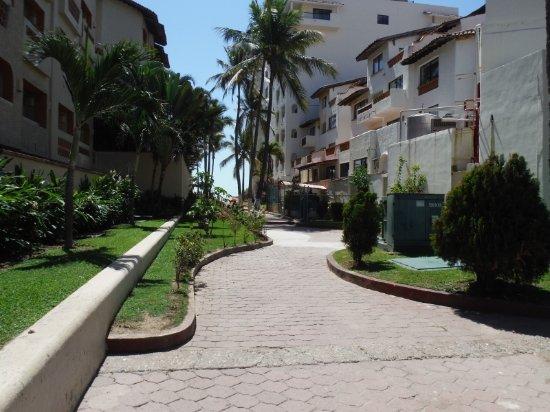 Villas Vallarta by Canto del Sol: PATH LEADING TO BEACH AREA