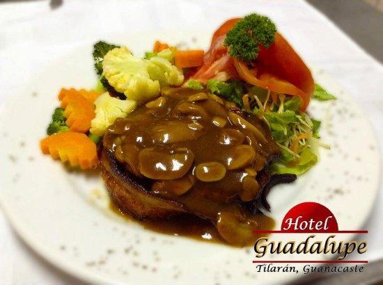 Excelente hotel, con muy buenas instalaciones. La mejor comida de Tilarán, se encuentra en este