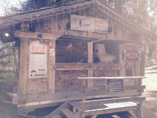 Servoz, Francia: Pizzas typiques et authentiques, cuisson au feu de bois