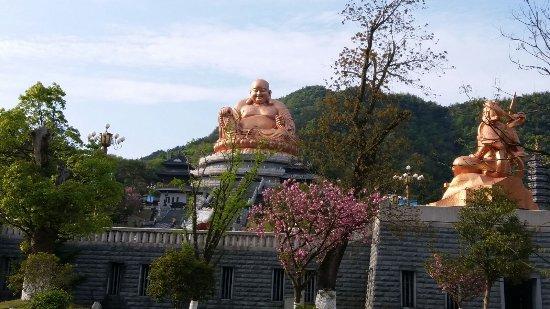 Fenghua, Kina: 山下的雪寶寺