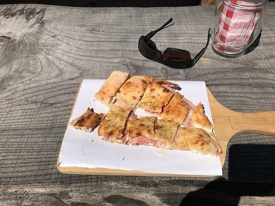 Praz Sur Arly, فرنسا: Ham and Cheese Calzone