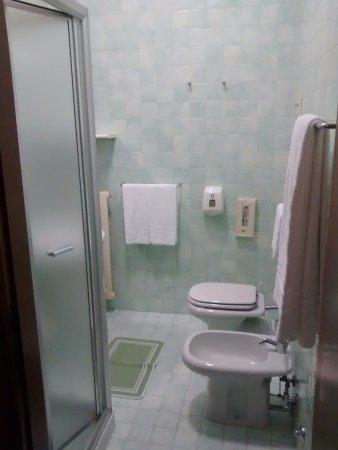 Bagno con doccia grande... :) - Picture of Hotel ...