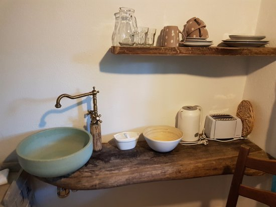 Uma Casa a Beira Sol: Kitchen sink and plates
