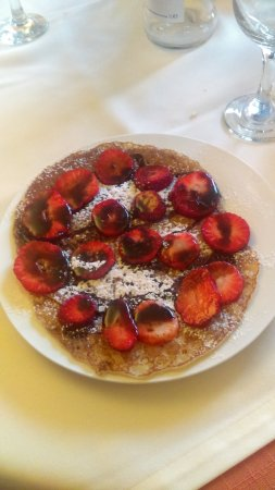 pôr do sol : Crepe with strawberries and chocolate sauce