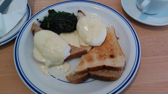 The Rose Garden B&B and Café: Desayuno huevos con espinacas y tostas