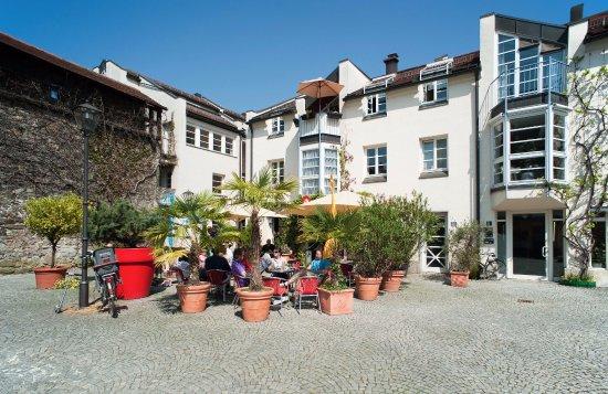 terrasse mediterran bild von cafe monokel deggendorf. Black Bedroom Furniture Sets. Home Design Ideas