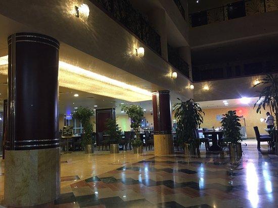 Al Bustan Hotel: Бассейн на крыше, холл, завтрак, простыня с пятнами