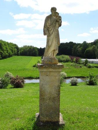 Saint-Flovier, Francja: statue dans le parc des établissements Ste Jeanne d'Arc