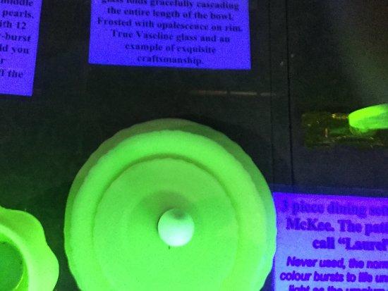 บาทเฮิร์สต์, ออสเตรเลีย: UV Light highlighting minerals at the amazing History Hill Museum