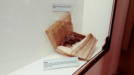 Museo del Risorgimento e della Resistenza: Pistola nel libro