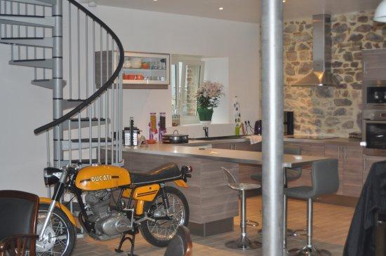 Saint-Sauveur-le-Vicomte, France: Espace de vie: cuisine équipée à la disposition des hôtes
