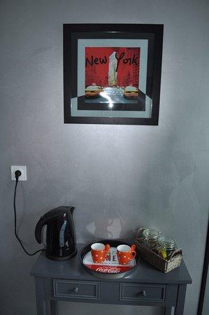 Saint-Sauveur-le-Vicomte, France: Chambre USA : Espace thé-café dans chaque chambre.